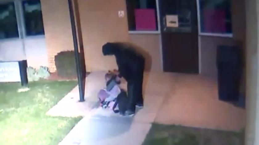 Σπαρακτικό! Πατέρας παρατά το κοριτσάκι του στο δρόμο για να κοιμηθεί σε θερμοκρασίες ψύχους (Vid)