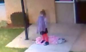 Σπαρακτικό! Πατέρας εγκαταλείπει το κοριτσάκι του στο δρόμο σε θερμοκρασίες ψύχους (Vid)