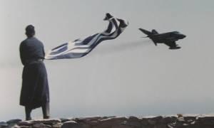 Συγκίνηση και περηφάνια: Ο Αγιορείτης μοναχός ευλογεί με τη σημαία του τους Ικάρους (vid)