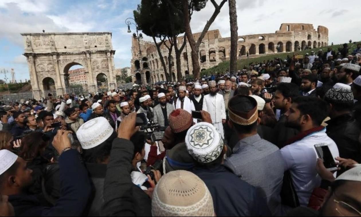 Ιταλία: Προσευχή διαμαρτυρίας Μουσουλμάνων κοντά στο Κολοσσαίο
