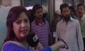 Βαρβαρότητα: Αστυνομικός χαστουκίζει γυναίκα δημοσιογράφο στον τηλεοπτικό αέρα (video)