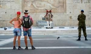 «Μαραζώνει» και ο τουρισμός - Αρνητικό ρεκόρ δεκαετίας στα έσοδα για την Ελλάδα