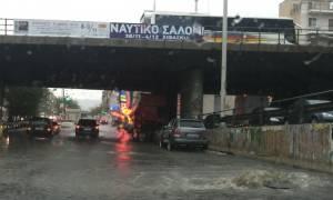 Η κακοκαιρία «σαρώνει» την Αττική - Δρόμοι μετατράπηκαν σε ορμητικούς χείμαρρους (photo)