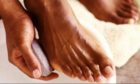 Πατάτε ξυπόλυτοι στο μπάνιο; Δείτε γιατί πρέπει να το σταματήσετε