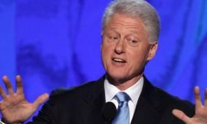 Σόκαρε τους τηλεθεατές η Πόλα Τζόουνς: «Ο Μπιλ Κλίντον μού ζήτησε να φιλήσω τα...» (vid)