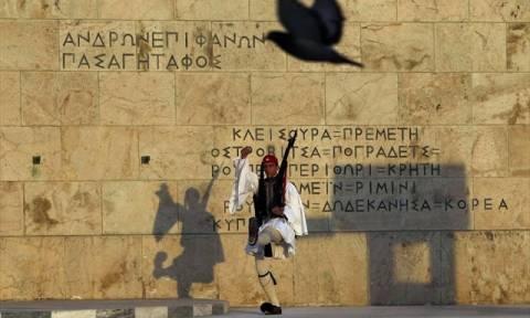 Παραδόθηκε ο δράστης που έριξε μολότοφ στο Μνημείο του Άγνωστου Στρατιώτη
