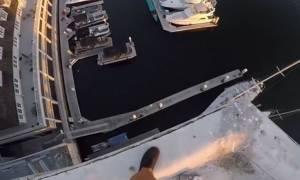 Βίντεο – σοκ: Βουτάει από τον όγδοο όροφο και... Αντέχετε να δείτε τη συνέχεια;