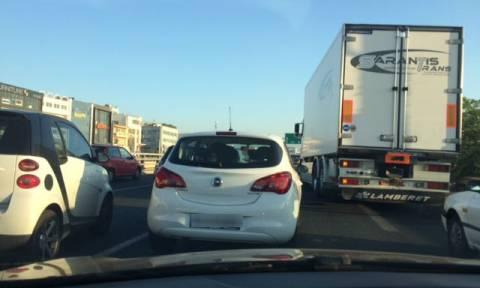 Κυκλοφοριακό «έμφραγμα» στην Αθηνών - Λαμίας - Ανετράπη νταλίκα