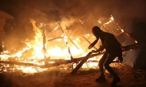 Η «Ζούγκλα» του Καλαί στις φλόγες – Το τέλος του «βρετανικού ονείρου» για χιλιάδες μετανάστες (Vids)