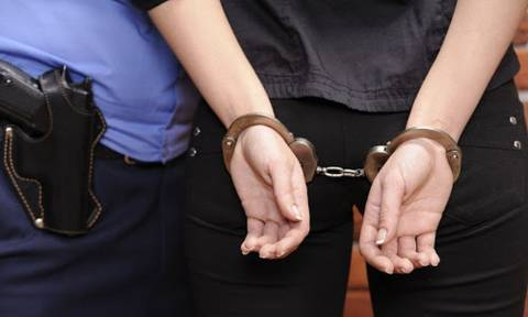 Πέρασαν χειροπέδες σε δύο γυναίκες στο κέντρο της Αθήνας