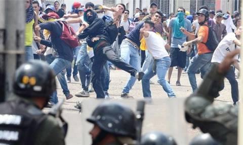 Βενεζουέλα: Νεκρός αστυνομικός από πυρά διαδηλωτών - Δεκάδες τραυματίες στο Καράκας (Pics+Vid)