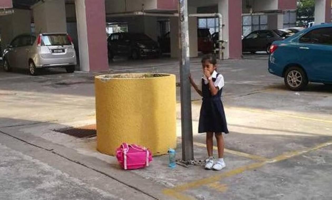 Απαράδεκτη! Αλυσόδεσε την κόρη της σε στύλο για να την τιμωρήσει (photos)