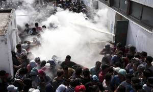 Πετροπόλεμος αστυνομικών με μετανάστες στη Μυτιλήνη