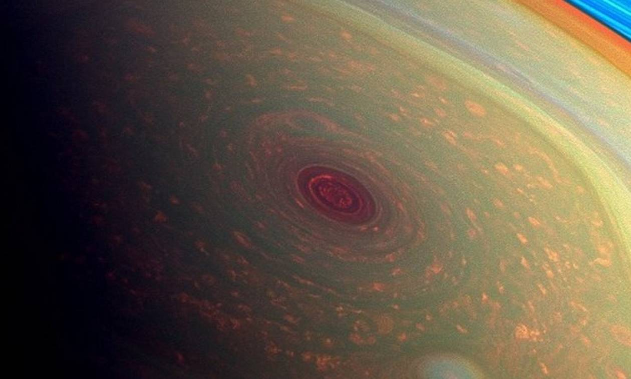 Το περίεργο «εξάγωνο» του Κρόνου άλλαξε χρώμα (photos+video)