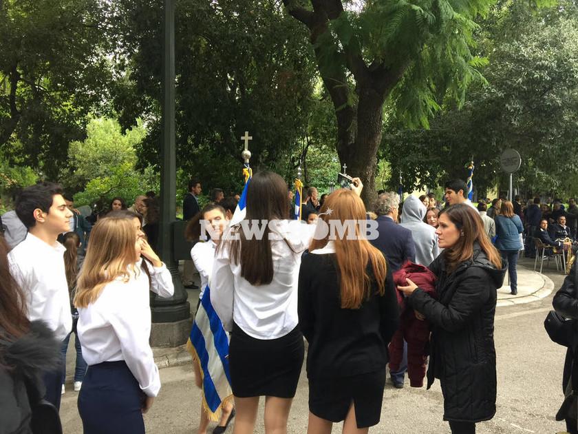 Live: Σε εξέλιξη η μαθητική παρέλαση στην Αθήνα (photo)