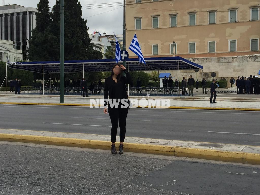 Μαθητική παρέλαση: Η εντυπωσιακή αστυνομικός που «τράβηξε» τα βλέμματα όλων (pics)