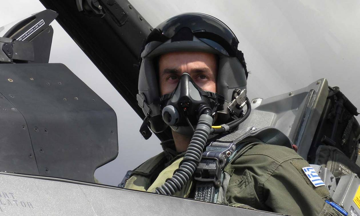 Σωτήρης Στράλης: Αυτός είναι ο πιλότος που συγκίνησε όλη την Ελλάδα (vid+pics)