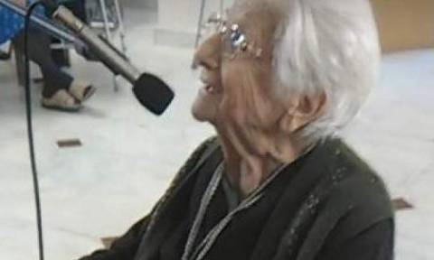 Γιατί αυτή η 103 ετών γιαγιά από τον Πειραιά έγινε viral; (video)