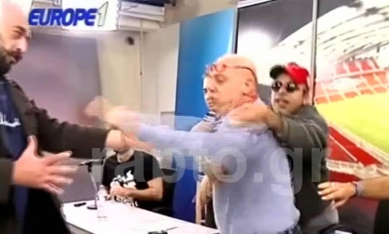 Χαμός στο τηλεοπτικό πλατό - Στα «χέρια» γνωστός δημοσιογράφος με οπαδό ομάδας (vid)