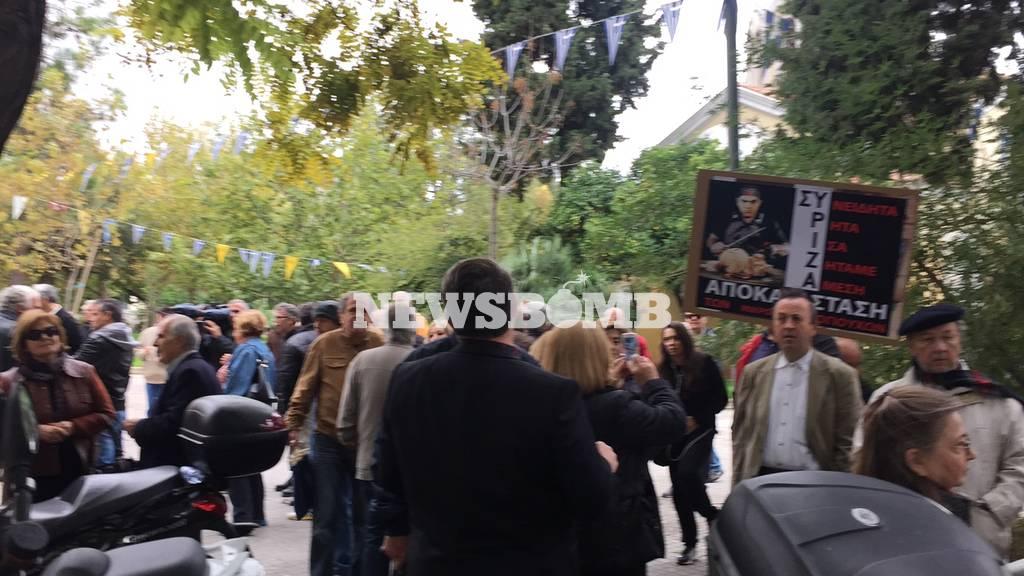 Μικροομολογιούχοι απέκλεισαν τα γραφεία του ΣΥΡΙΖΑ στη Κουμουνδούρου (photo - video)