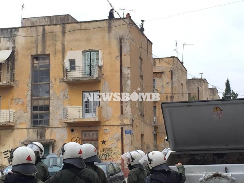 Επεισόδια στο κέντρο της Αθήνας - Ταμπουρωμένοι αντιεξουσιαστές πετροβολούν δυνάμεις των ΜΑΤ