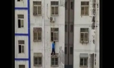 Έγινε… spiderman και σκαρφάλωσε τρεις ορόφους για να σώσει ένα αγοράκι! (vid)