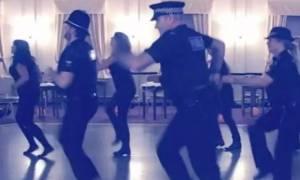 Αστυνομικοί χορεύουν Μάικλ Τζάκσον και κάνουν... θραύση! (video)