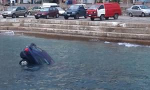 Ικαρία: Πήγε να επιβιβαστεί στο πλοίο και «πάρκαρε» το αυτοκίνητο στη θάλασσα!