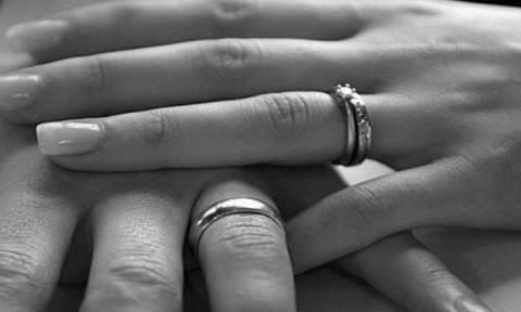 Ο απίστευτος λόγος για τον οποίο φοράμε τη βέρα του γάμου στο τέταρτο δάκτυλο (video)