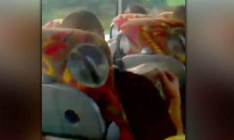Ακατάλληλο βίντεο: Ξανθιά έκανε στοματικό σε άγνωστο μέσα σε γεμάτο λεωφορείο