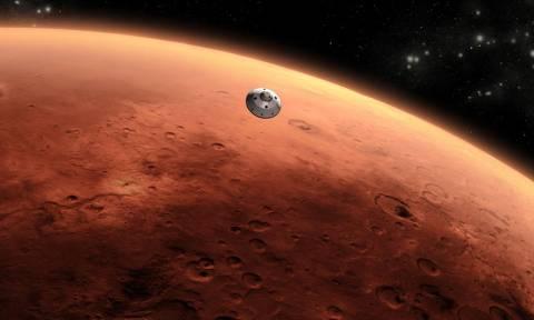Μυστηριώδες μεταλλικό αντικείμενο ανακαλύφθηκε στον Άρη - Δείτε τις φωτογραφίες της NASA