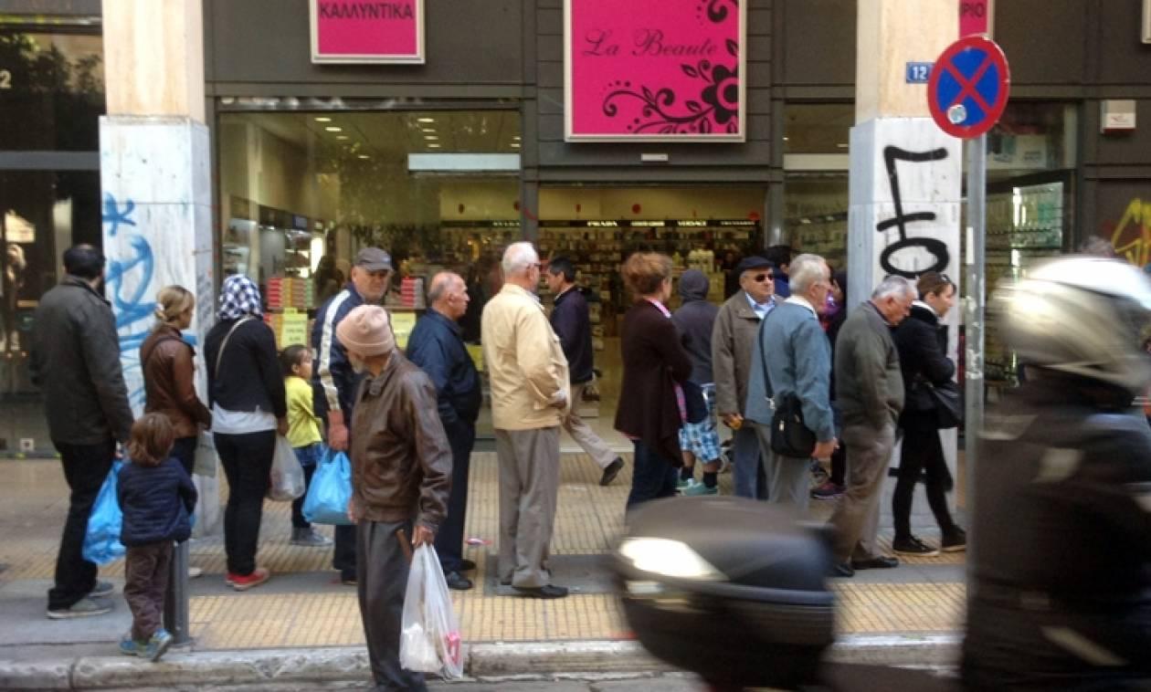 Απίστευτες εικόνες στο κέντρο της Αθήνας: Ουρές και σήμερα για μια δωρεάν… γκοφρέτα (video)