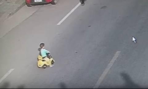 Σοκ στην Κίνα: Αγοράκι οδηγεί το αυτοκινητάκι του στη μέση μεγάλου αυτοκινητόδρομου (video)