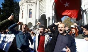 Τουρκία: Ακαδημαϊκοί και φοιτητές διαδηλώνουν κατά των διώξεων εκπαιδευτικών