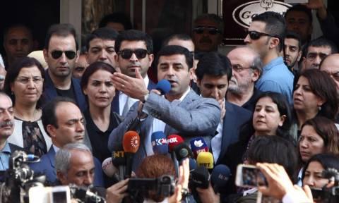 Τουρκία: Συνέλαβαν τους ηγέτες και τους βουλευτές του τρίτου μεγαλύτερου κόμματος (vids)