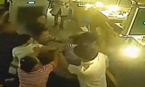 Βίντεο σοκ: Σερβιτόρος περιέλουσε με βραστό νερό και ξυλοκόπησε πελάτισσα επειδή... παραπονέθηκε!