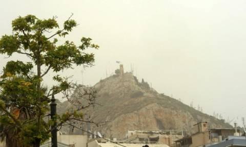 Καιρός: Μουντό σκηνικό με αφρικανική σκόνη, συννεφιά και βροχές αύριο Δευτέρα