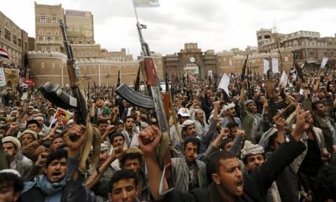 Υεμένη: Οι σιίτες Χούτι απελευθέρωσαν έναν Αμερικανό όμηρο που κρατούσαν πάνω από 18 μήνες
