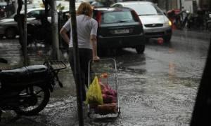 Η ελληνική «βόμβα» χτυπάει: Σταθερή μείωση του διαθέσιμου εισοδήματος