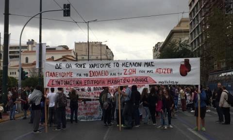 Σε εξέλιξη το μεγάλο μαθητικό συλλαλητήριο στα Προπύλαια (photo - video)