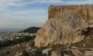 Μυστήριο! Βλέπετε κι εσείς το προφίλ ενός άντρα λαξευμένο στο βράχο της Ακρόπολης;