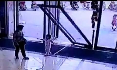 Βίντεο σοκ: Γυάλινη πόρτα ισοπέδωσε 3χρονη σε εμπορικό κέντρο!