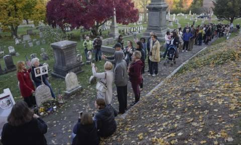 Εκλογές ΗΠΑ: Γιατί χιλιάδες ψηφοφόροι κάνουν ουρά σε αυτόν τον τάφο; (Vids)