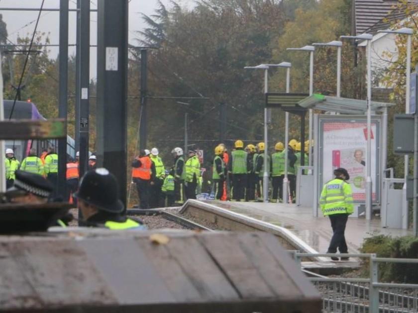 ΤΩΡΑ: Ανετράπη τραμ στο Λονδίνο - Παγιδευμένοι επιβάτες (pics)