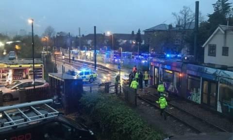 Ανετράπη τραμ στο Λονδίνο - Παγιδευμένοι επιβάτες (pics)