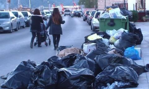 Χάος με τα σκουπίδια στους δρόμους της Ζακύνθου