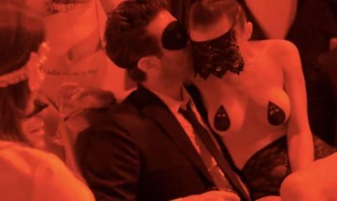 Τα όργια της Τζολί σε σεξ κλαμπ: Έκανε στοματικό σε αγνώστους και ζητούσε από γυναίκες να... (vids)