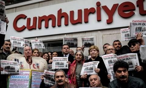 Τουρκία: Χειροπέδες και στον πρόεδρο του διοικητικού συμβουλίου της εφημερίδας Cumhuriyet