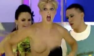 Τηλέπαιχνίδι μόνο για ενήλικες: Έπεσε το φόρεμα της παρουσιάστριας και αποκαλύφθηκαν όλα! (video)