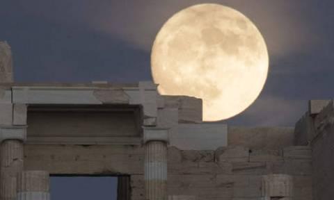 Η Υπερπανσέληνος «αγκαλιάζει» την Ακρόπολη (pics)